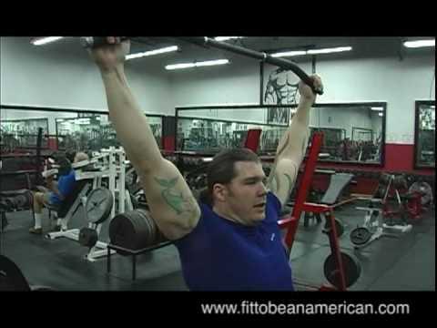 Ćwiczenia mięśni piersiowych dla z hantlami na ławce pochyłej