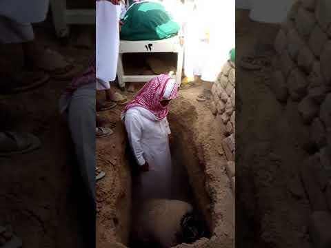 عملية دفن في البقيع