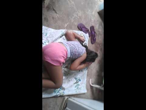 Menina dormindo no quartinho de coisas