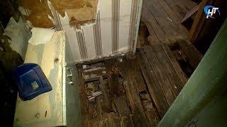 Жители дома № 45 по улице Береговая уже несколько лет вынуждены жить в воде и плесени