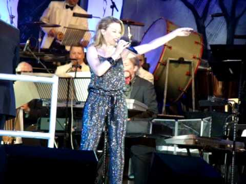 KYLIE MINOGUE - SUPER TROUPER - live at Hyde Park (direct film of stage, NOT of the screen)