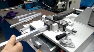 Máquina para fazer rasgos em perfil de alumínio