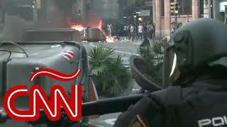 Explosiones durante enfrentamiento entre manifestantes independentistas y la policía en Barcelona