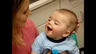 A reação de um bebê surdo ao ouvir a voz da mãe pela primeira vez