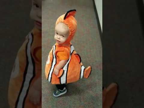 Bebé con disfraz de Nemo causa ternura