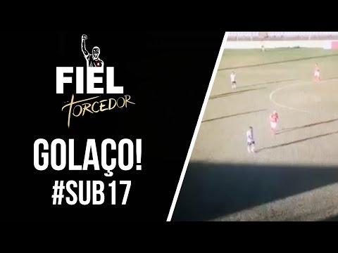 GOLAÇO. Lucas Gabriel, no sub-17 do Corinthians, marca um gol antes do meio campo
