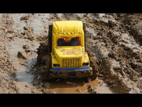 Машина по лужам и грязи