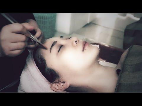 Buhok ay bumaba sa kanyang ulo at eyelashes