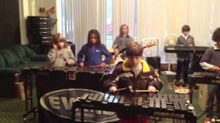 Смотреть онлайн Дети на разных инструментах исполняют песню Осборна