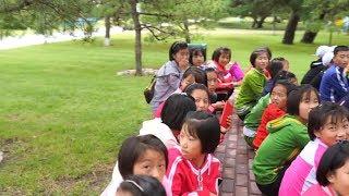 【朝鲜世界2】17集:朝鲜元山的夏令营,孩子们的娱乐项目镜子迷宫,四个成年人没走出去 | Kholo.pk
