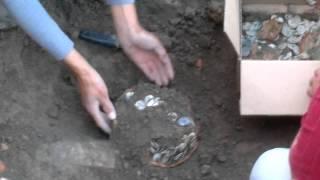 preview picture of video 'В Сайраме на территории бывшего базара во время раскопок нашли хум с серебрянными монетами.'