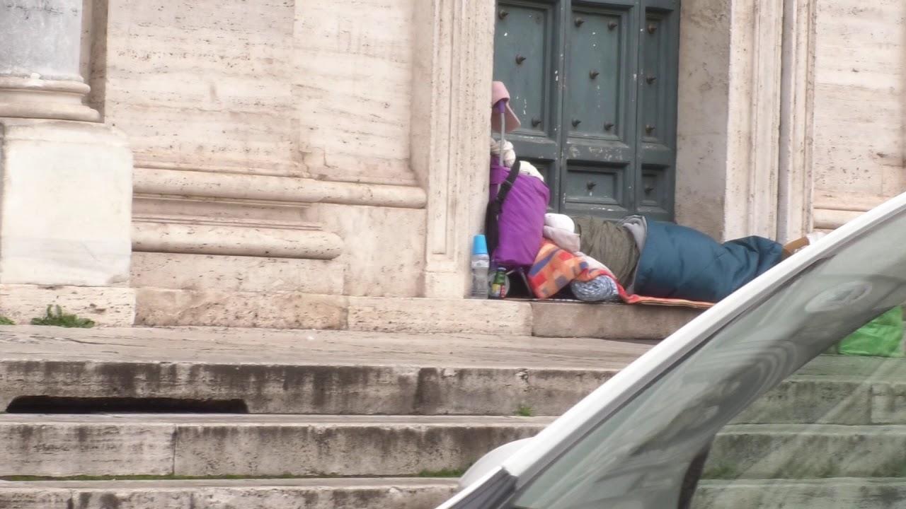 """Emergenza freddo a Roma: """"Aprite le stazioni della metro ai senzatetto"""""""