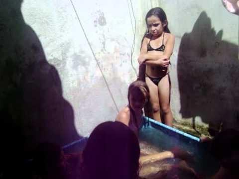 as priminha tomando banho na piscina de plastico