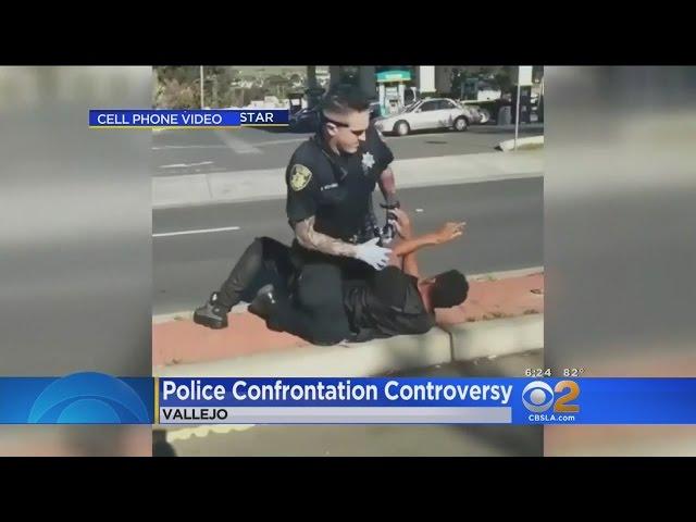 شرطي أمريكي يعتدي على شاب أعزل وسط الشارع