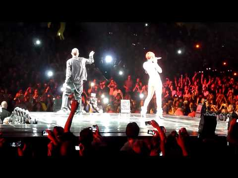 Rihanna & Eminem - Love the Way You Lie (Live @ Staples Center) [7.21.10]