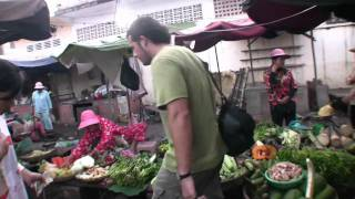 preview picture of video 'Viaje a Camboya 19 - Paseo por el mercado (o Psar) de Kompong Cham'