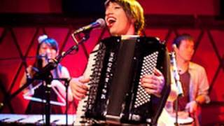 Banda Magda performs Karotseri, Karotseri