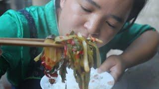 苗大姐做酸汤鱼,剁辣椒又是烤辣椒,米饭嗦嗦吃得香