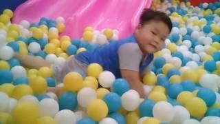 Đồ chơi trẻ em bé pin nhà banh cầu trượt❤ PinPin TV ❤ Baby toys  football slide