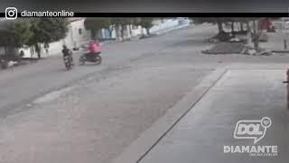 Dois homens colidem motocicletas em Diamante