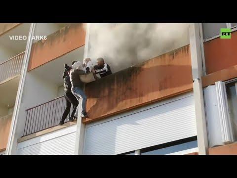 Ανεπανάληπτη διάσωση ηλικιωμένου που καιγόταν το σπίτι του! - Περαστικοί κρέμονταν στο κενό για να τον σώσουν