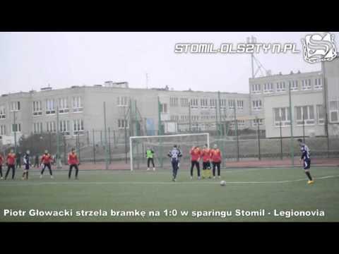 Piotr Głowacki strzela bramkę z rzutu wolnego w meczu Stomil Olsztyn - Legionovia Legionowo