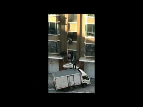 rescataron a un bebe que caia del balcón