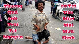 Thương anh trai tật nguyền cả chân lẫn tay 28 tết lê lến ăn xin trên đường phố Sài Gòn
