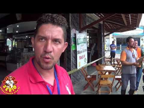 Márcio Fiscal de Juquitiba explica o lacre no Bar e Restaurante Café Do Nino