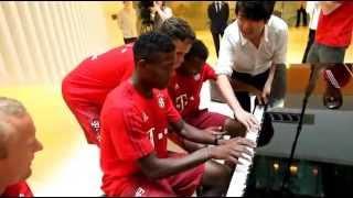 Gambar cover Lang Lang - Piano Lessons with FC Bayern Players