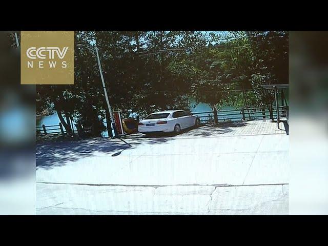 لحظة سقوط سيارة في النهر وإنقاذ عائلة كانت بداخلها في الصين