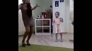 Воспитательница детского сада танцует отжигает на утреннике (приколы 2018)