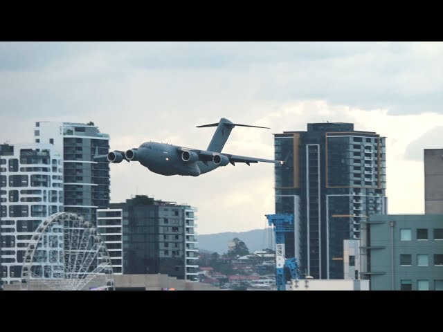 本当に怖い超低空飛行。ボーイングC-17が高層ビルすれすれを飛行。周辺にいた人々は大びっくり(オーストラリア)