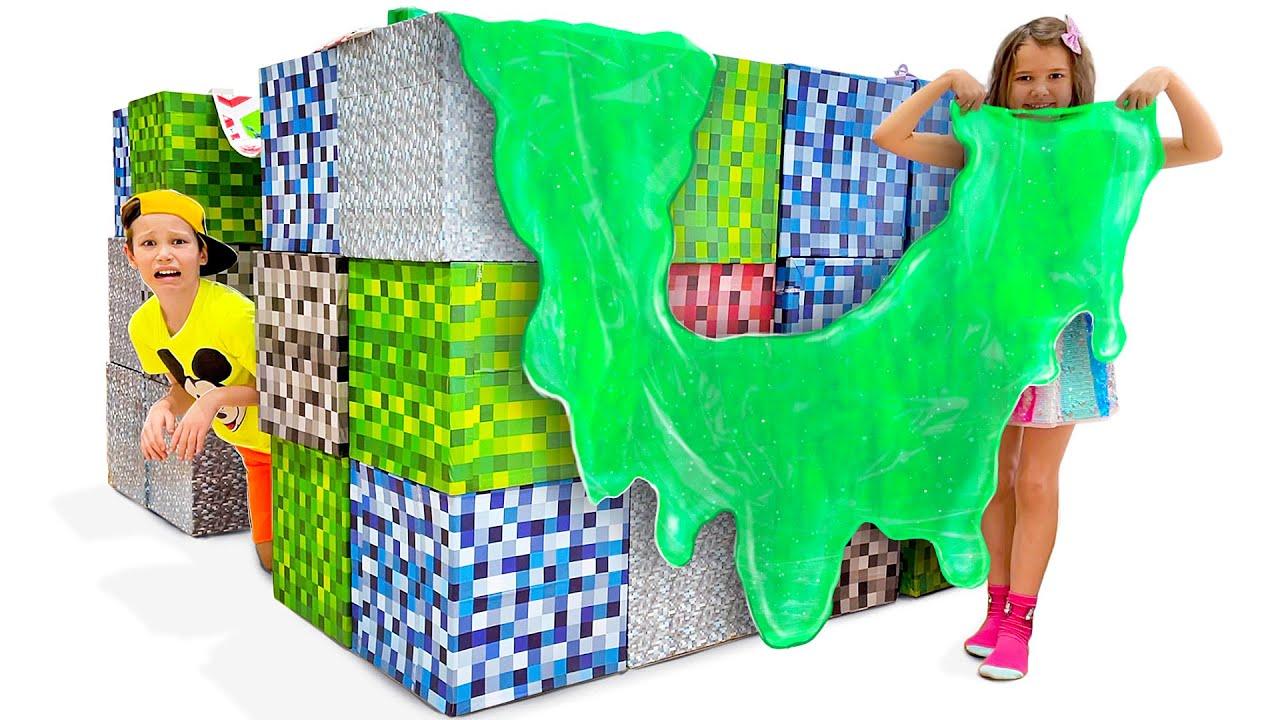Макс построил игровой дом из кубиков Майнкрафт в реальной жизни
