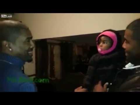 תינוקת פוגשת את התאום של אביה