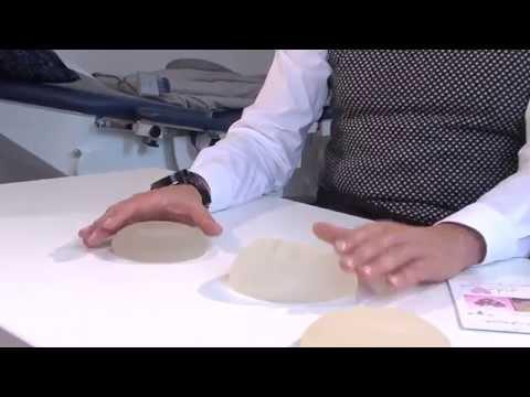 Silikonowaja die Brust auf dem Rücken