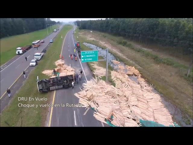 Un camión volcó tras ser chocado por un auto al oeste de Concordia