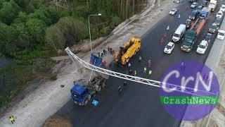 https://crashnews.org | В ХМАО самосвал зацепил поднятым кузовом опору с дорожными знаками