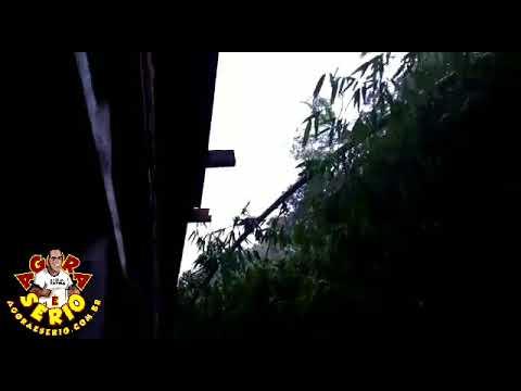 Moradora Filma o Momento em que a Chuva invade sua casa ......Tristeza