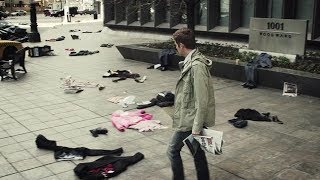 小伙一早走上街头,发现人类都凭空消失,地上却全是他们的衣服