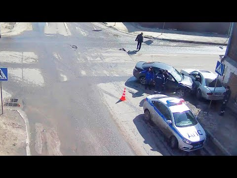 Mercedes подбил девушку на MAZDA  в Серпухове на знаменитом перекрёстке