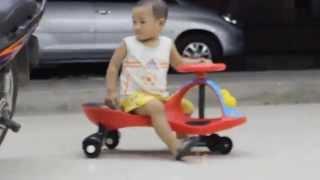 Bé đi xe lắc trẻ em điệu nghệ