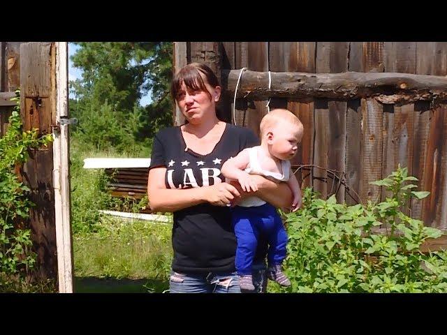 В развалинах с младенцем на руках