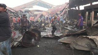 Comerciantes nicaragüenses tratan de recuperar su mercancía tras incendio en mercado