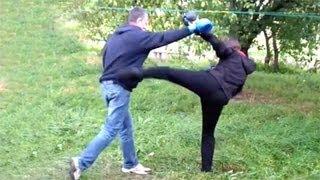 Смотреть онлайн Как наносить удары ногами и как от них защититься