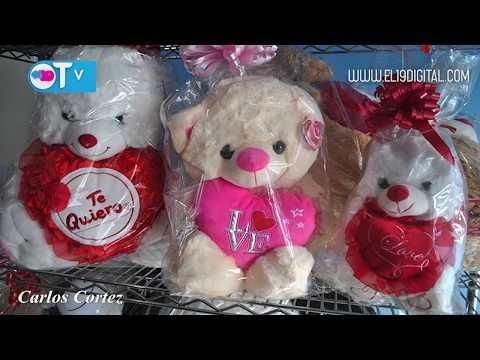 Los arreglos de rosas, chocolates y peluches, son detalles cargados de amor