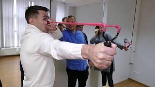 Папа дает мастер-класс по стрельбе из рогатки