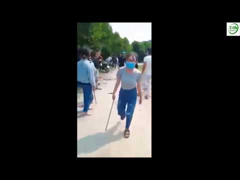 """20 cô gái trẻ cầm gậy """"hỗn chiến"""" kinh hoàng giữa đường"""