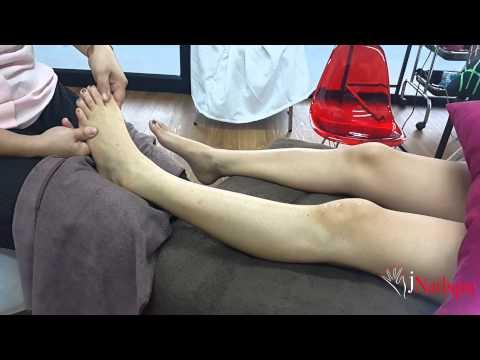 กระดูกใกล้หัวแม่ตีนบนเท้าของเขา