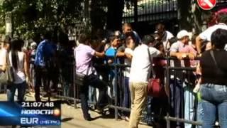 В Алматы сотни желающих каждый день осаждают здание китайского консульства